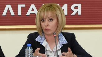 Мая Манолова дарява храна на пенсионери и социално слаби