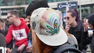 Трима души са задържани за пушене на марихуана пред НС