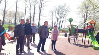 """Кметът на район """"Искър""""и общинският съветник от ГЕРБ Лорита Радева откриха новоизградена детска площадка"""