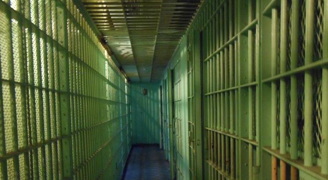 Снимка: Млад мъж влиза в затвора за притежание на наркотици