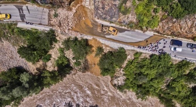 Снимка: Започна укрепването на пътя за Рилския манастир