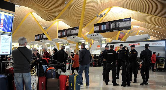 Снимка: Мъж рани с нож две жени на летището в Мадрид