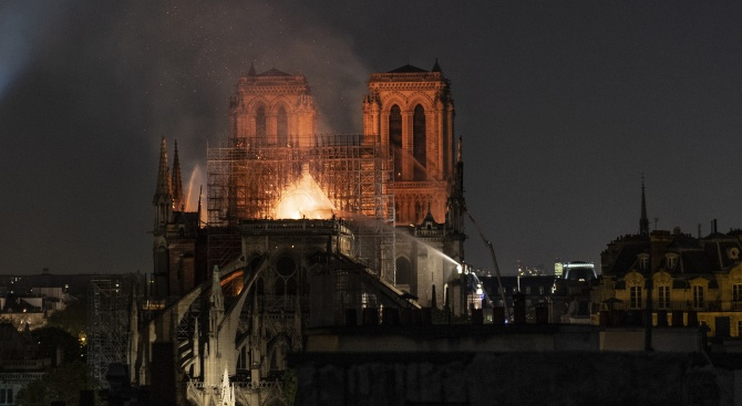 Снимка: Небесна заплаха надвисна над Нотр  Дам