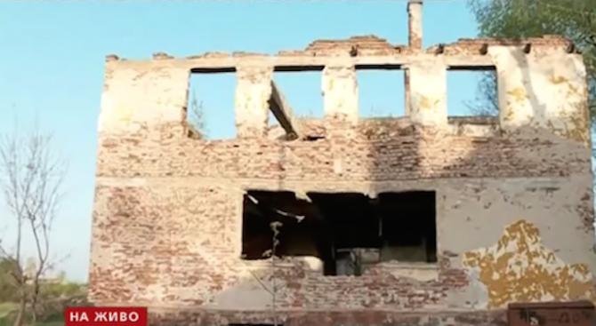 Изоставени постройки в Нови Искър тънат в разруха, застрашават живеещите в близост