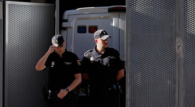 В Испания задържаха мъж, заподозрян в изчезването на жена му и детето му