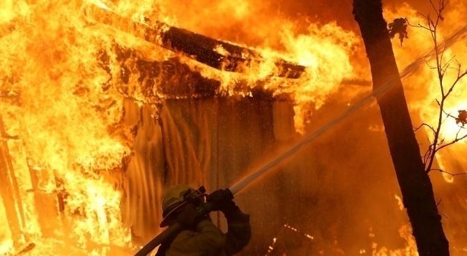 Пожар избухна в склад на компания за производство на мебели край Сараево