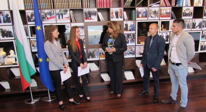Вицепрезидентът Илияна Йотова връчи сертификати на бъдещи юристи, преминали успешно