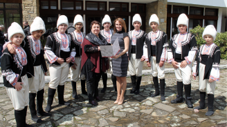 Инвестбанк дари на учениците от музикалното училище в Котел нови носии за Лазаровден