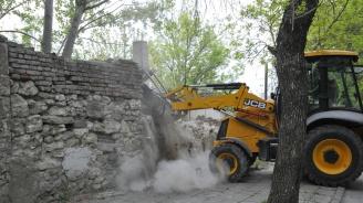 Събарят стената убиец в Хасково