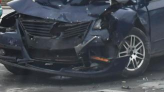 19-годишен задигна автомобил и се заби в бетонна стена