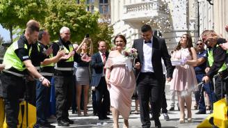 Пожарникар се ожени и колегите му го изненадаха с вода от пожарогасители