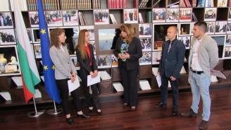 Илияна Йотова връчи сертификати на бъдещи юристи, преминали успешно стаж в Комисията по помилването към президентската институция