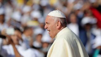 Папата призова за евакуацията на бежанци от лагери в Либия