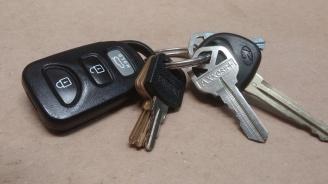 """Непълнолетен и две малолетни момчета се """"разходиха"""" с кола с оставени на таблото ключове"""