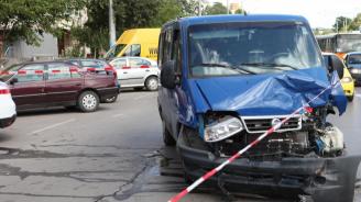 Трийсет и трима души пострадаха при катастрофи през денонощието