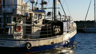 Испански риболовен траулер се запали в Средиземно море