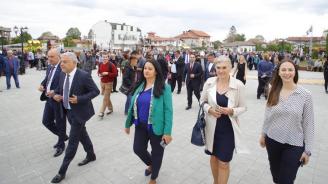 Ева Майдел и Лиляна Павлова присъстваха на откриването на обновения централен градски площад в Костинброд
