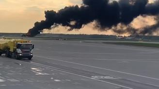 """Самолет се запали при аварийно кацане на летище """"Шереметиево"""" в Москва"""