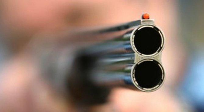 Издирват 78-годишен мъж, прострелял и ранил сина си