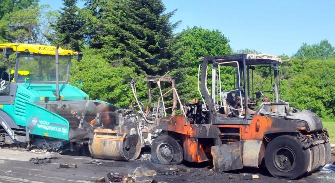 Изчисляват щетите след изгорелите машини за асфалтиране в Бургас