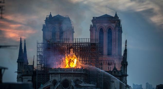 """Изгорелият покрив на """"Нотр Дам"""" замърсил силно площада пред катедралата с олово"""