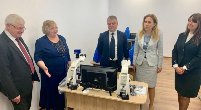 Вицепремиерът Марияна Николова и министърът на здравеопазването Кирил Ананиев посетиха