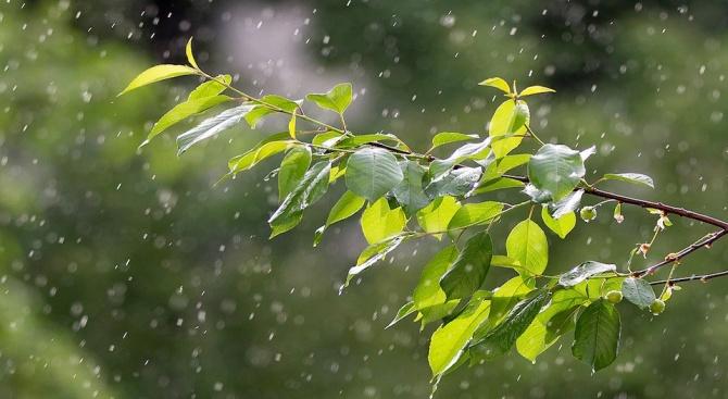 Купеста облачност с валежи и гръмотевици в западните и планинските райони