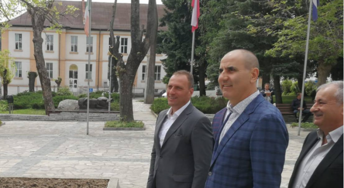 Цветанов и кандидатите за евродепутати Андрей Новаков, Асим Адемов и Илия Лазаров участваха в откриването на реновирана детска площадка в Добринище