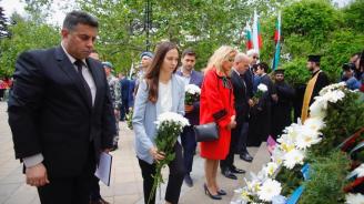 Ева Майдел и Андрей Новаков положиха цветя пред Паметника на  загиналите в Сръбско – българската война в Русе