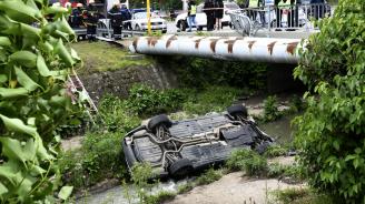 Автомобил помете 4 деца в София и се преобърна в река