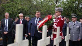 Каракачанов се поклони пред паметта на българските военнослужещи, погребани в българското военно гробище в село Цапари