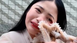 Октопод атакува влогърка, опитваща се да го изяде жив