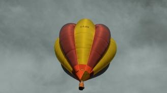 Туристи се заклещили с балон между скали в Родопите