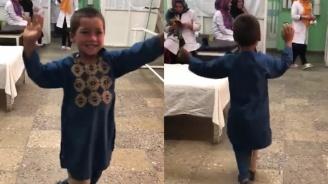 Момченце, което танцува с протеза, трогна света