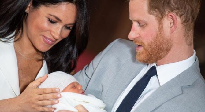 Принц Хари сменя пелените на малкия Арчи