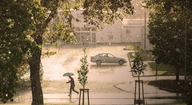 Жълт код за силни валежи е обявен за утре в 13 области