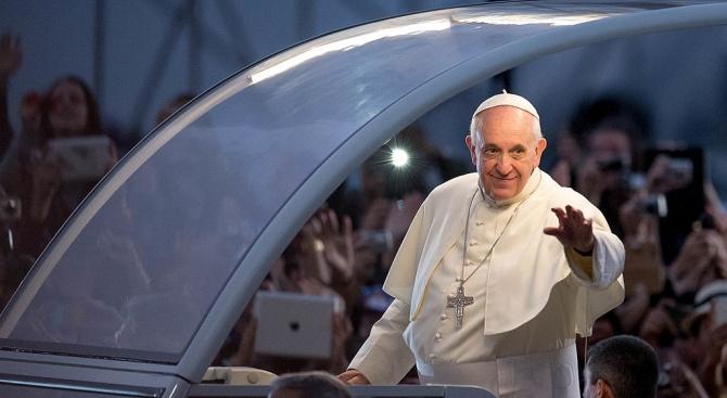 Папа Франциск повози на своя папомобил деца мигранти