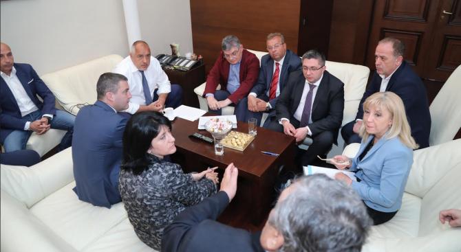 Започна срещата на министър-председателя Бойко Борисов с представители на превозваческия