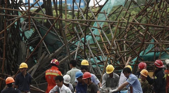 Най-малко 10 души са блокирани под отломките на рухнала при