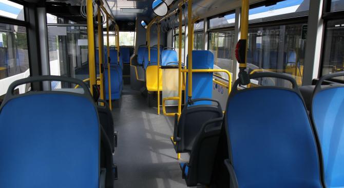 Жена пострада в автобус в градския транспорт, шофьорът спрял рязко