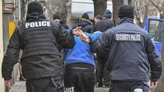 """Закопчаха """"муле"""" на телефонни измамници в Ловеч"""