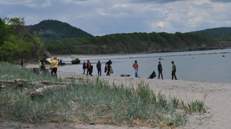 РИОСВ и ученици почистиха устието на река Ропотамо