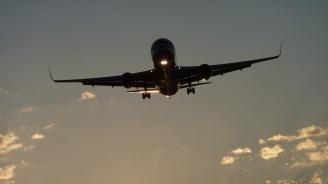 """Пътнически """"Боинг"""" кацна аварийно в Москва"""