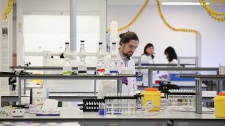 Учени създадоха полусинтетични човешки клетки