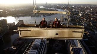 Двама миячи на прозорци се спасиха като по чудо, след като платформата им започнала застрашително да се клати