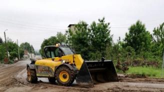 АПИ разчиства калните маси на третокласната пътна мрежа, след проливните дъждове в област Велико Търново