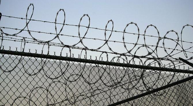 Вкараха в затвора млад мъж, скачал по главата на майка си