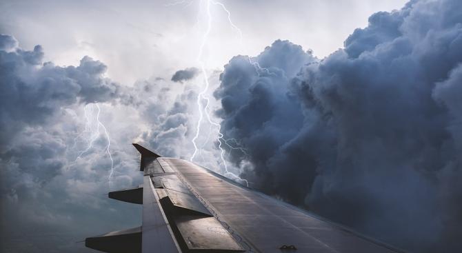 Два самолета не можаха да кацнат в Скопие заради лошото време на Балканите