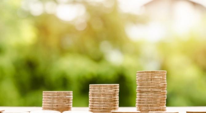 Разликата в заплащането на жените и мъжете намалява, но равното