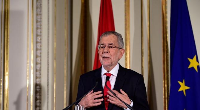 Австрийският президент Александър ван дер Белен уволни от правителството всички